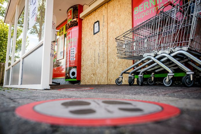 Supermarkt Berning is op last van de Veiligheidsregio Twente dichtgetimmerd.