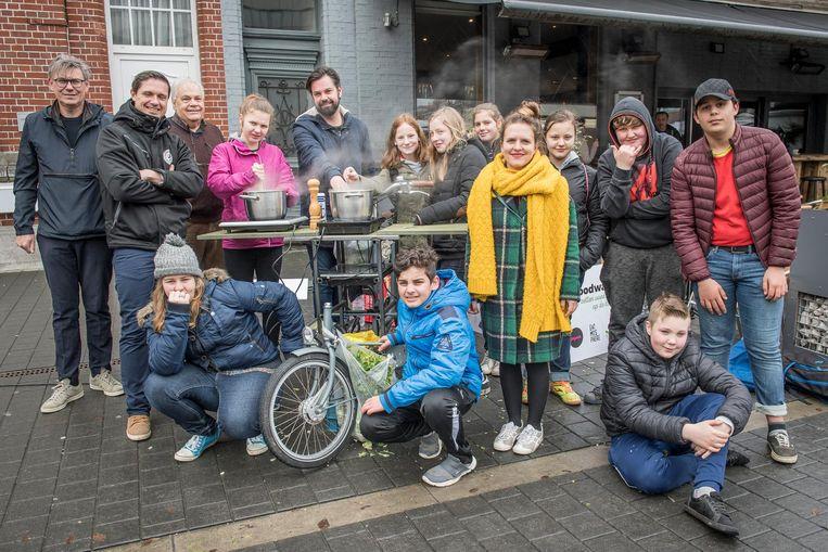 De leerlingen van SBSO Sterrebos bij hun tot keuken omgebouwde bakfiets.
