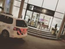 Vrouw met veel geweld beroofd van telefoons in Arnhems hotel, vier Duitsers opgepakt