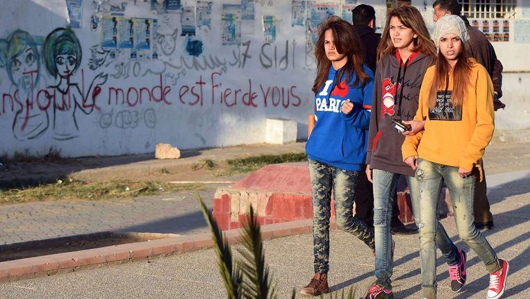 Jonge meisjes wandelen over de Mohamed Bouazizi Avenue in Sidi Bouzid. Beeld null