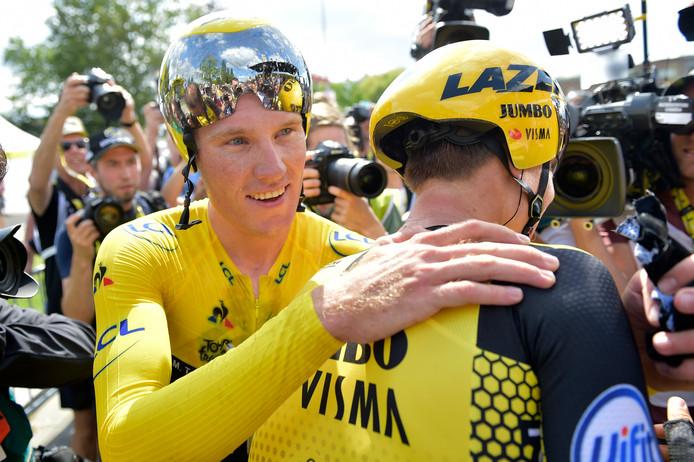 Mike Teunissen omhelst Amund Grondahl Jansen na winst in de ploegentijdrit.