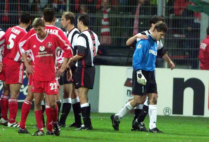 Patrick Lodewijks verlaat teleurgesteld het veld nadat hij rood heeft gekregen in het uitduel met FC Kaiserslautern. Wilbert Need zou hem vervangen.