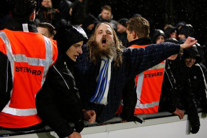 Fans van De Graafschap vieren de overwinning op Jong PSV.