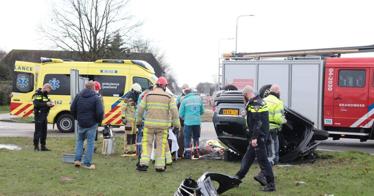 Brommobiel slaat over de kop na aanrijding met vrachtwagen in Dalfsen: bestuurder raakt gewond.