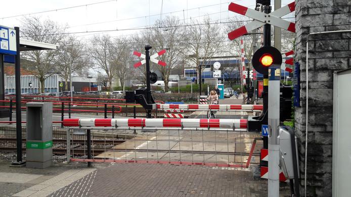 Op en rond de oversteek voor voetgangers en fietsers bij het station in Oss nemen machinisten regelmatig gevaarlijke situaties waar.