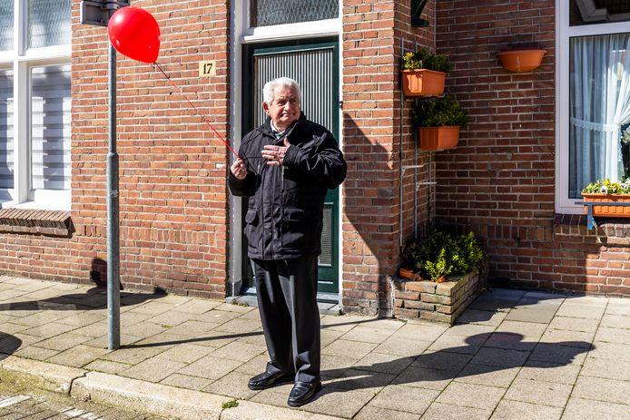 Soms zit het hele verhaal in een foto, zoals bij deze foto van de uitvaart van een ongekroonde wijkburgemeester in Utrecht.