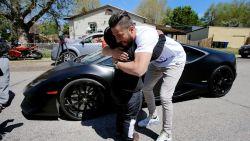 Adrian (5) gaat op pad met familie-auto, krijgt ritje in Lamborghini als beloning