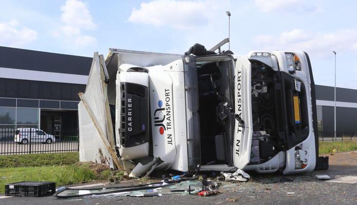 Vrachtwagen gekanteld op A2
