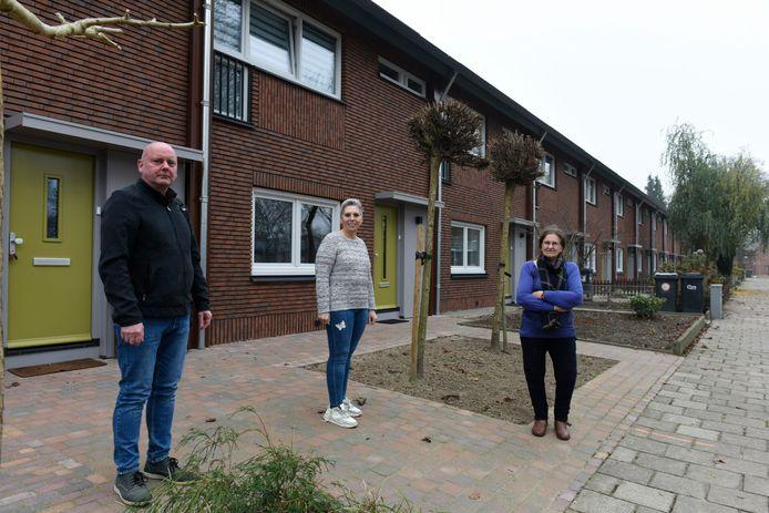 Bas Tromp (links, SP) en de huurders Janneke van Diessen (midden) en Henny Ooms uit de buurt 't Ven in Eindhoven.