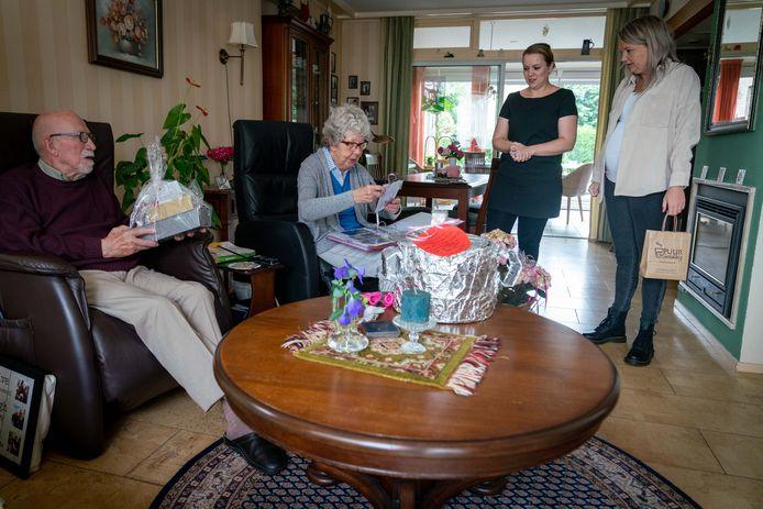 Timmeropa Jan en kookoma Riet nemen na 12 jaar afscheid als vrijwilligers van kinderdagverblijf Kikkerkoning.