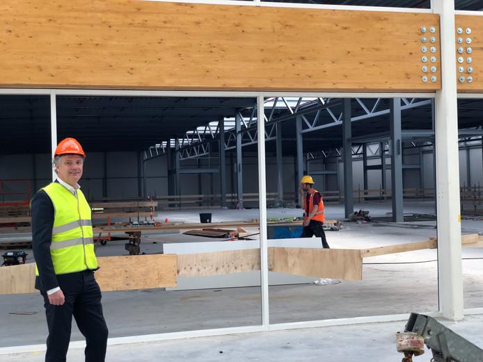 Edward Voncken in het atrium van de nieuwe BIC in aanbouw, waar publiek straks door grote ruiten het bedrijf in werking kan zien.