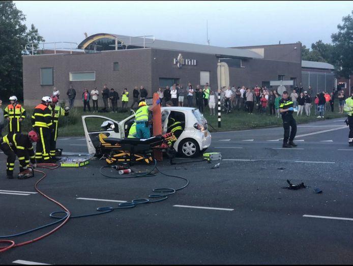 Toekijkers kwamen massaal naar het ongeval toe.
