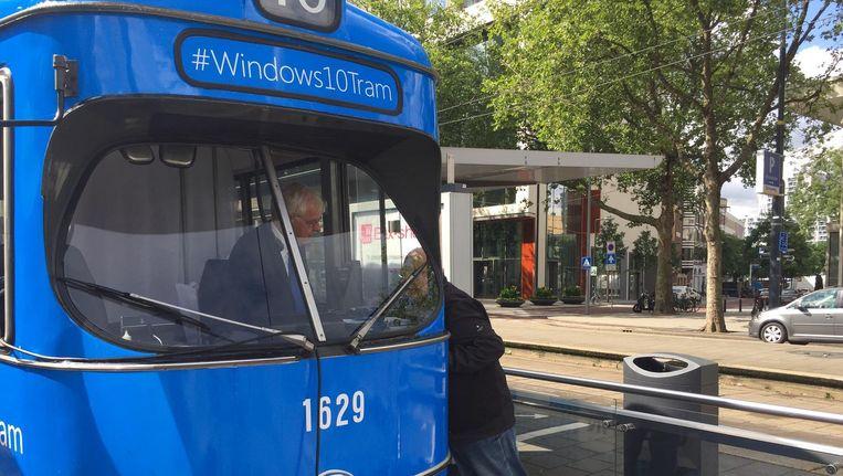 Microsoft Nederland presenteerde Windows 10 vorig jaar in een stilstaande tram op de Rotterdamse Coolsingel. Symbolisch? Beeld Auteur