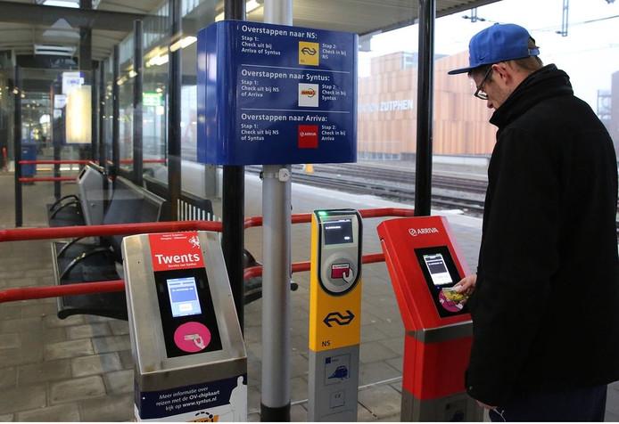 Drie pal naast elkaar geplaatste in- en uitcheckpaaltjes voor ov-chipkaarten van verschillende vervoermaatschappijen zorgen al jaren voor verwarring op het Zutphense NS-station. Na druk van onder meer het OV Loket wordt de situatie nu aangepast.