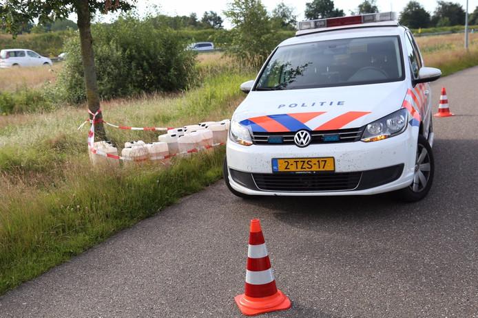 Zeventien vaten, vermoedelijk drugsafval, werden gevonden aan de Schouwstraat in Uden.
