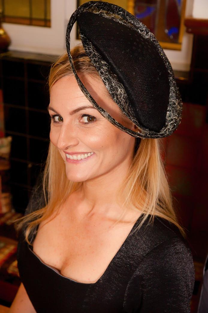 Een model met een hoed van Elisabeth de Meulmeester.