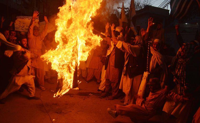 Leden van de Islamitische politieke partij Jamiat Ulma-e-Islam staken vandaag een Amerikaanse vlag in brand tijdens een anti-VS-protest in Quetta.