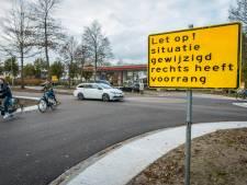 Verwarring over voorrang leidt tot ongeluk op nieuw ingerichte Burg. Bijleveldsingel in Hattem: 'Mensen moeten het nog tussen de oren krijgen'