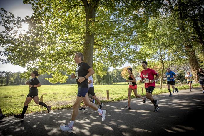 De hoofdafstand van de Halve Marathon Oldenzaal, dit jaar op 6 oktober, trekt steeds meer lopers uit heel het land.