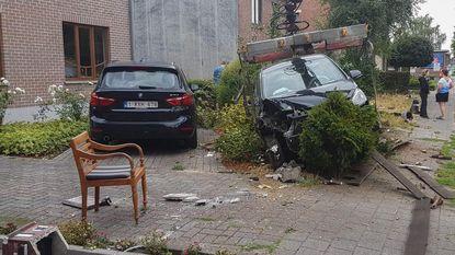 Vrouw (41) dommelt in achter stuur, richt ravage aan en stapt ongedeerd uit