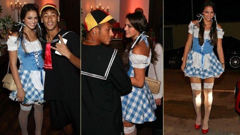 Neymar en Bruna Marqezuine op wat we hopen dat een verkleedfeestje was.