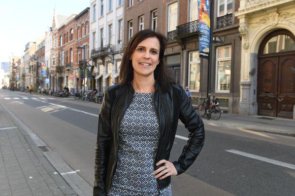Katrien Houtmeyers in de Bondgenotenlaan in Leuven. Het kamerlid roept op om met gezond verstand om te gaan met de wet op de openingsuren om de handelaars de kans te geven weer recht te veren in deze coronacrisis.