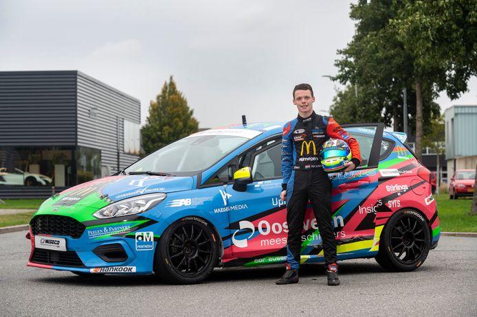 """Rik Koen en zijn volop gesponsorde raceauto. ,,Ik ben druk met mijn social media."""""""