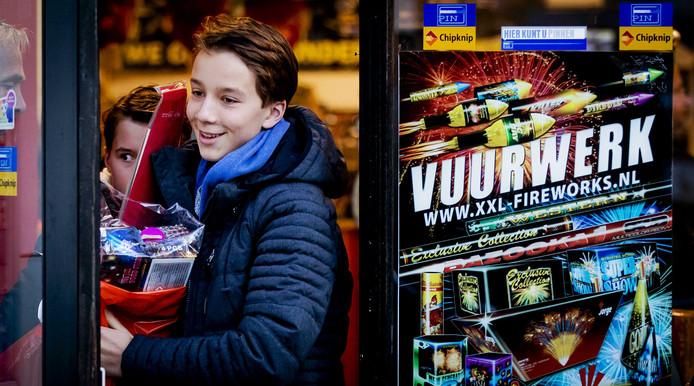Een jongeman is zeer content met zijn zojuist aangeschafte vuurwerk (foto ter illustratie).