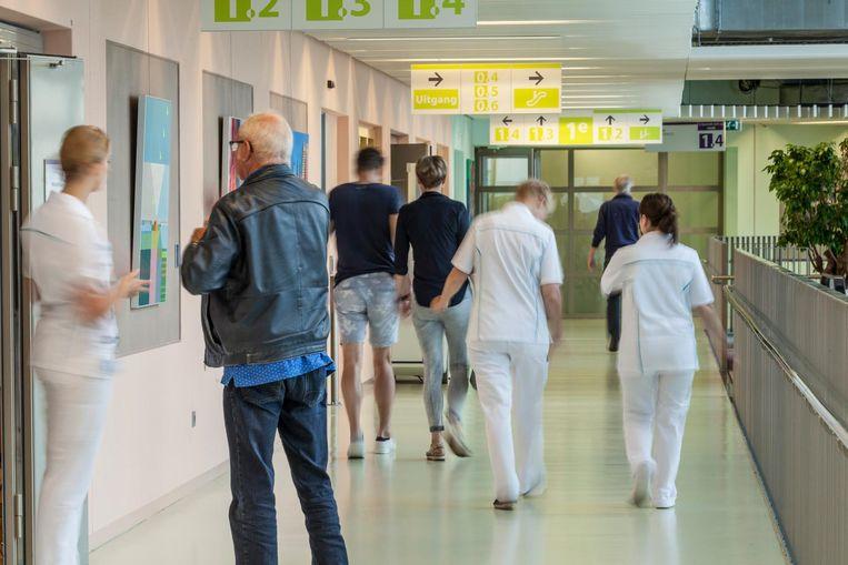 Patiënten en verpleegkundigen in de gangen van het Martini Ziekenhuis, in Groningen. Beeld null