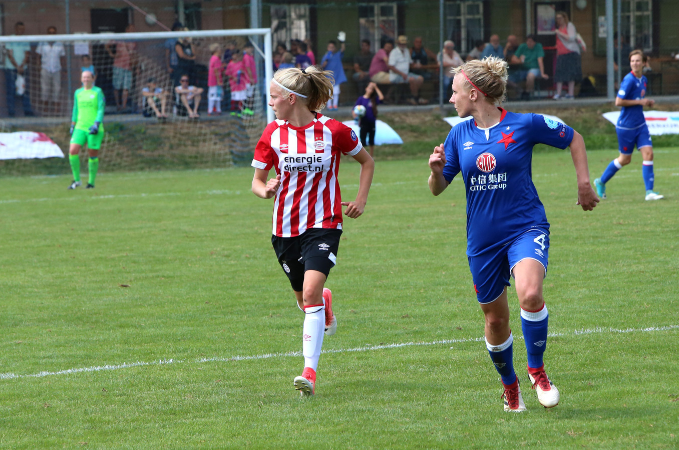 Eef Kerkhof (links) in actie voor PSV.