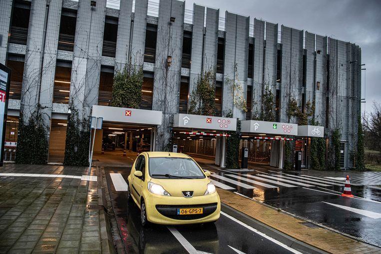 Lia van Genderen kan met haar bij het transferium geparkeerde auto terugrijden naar Woudrichem, het is 16:35. Beeld Koen Verheijden