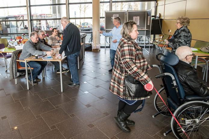 Een mobiel stembureau in een Bredaas verzorgingshuis.