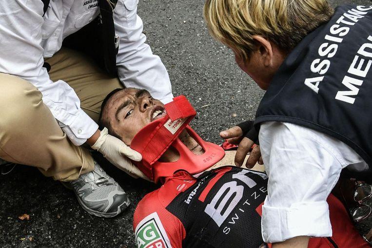 Richie Porte wordt met kapot sleutelbeen en bekken gestabiliseerd door ambulance-medewerkers Beeld anp