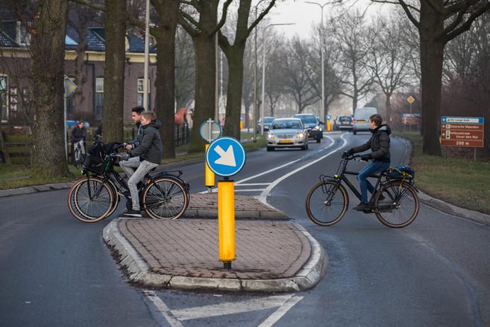 De jonge scholieren die richting Wijhe fietsen, vinden vooral de oversteekplaats in de Rijksstraatweg in Den Nul gevaarlijk. Maar zelfs een bord om wegverkeer te waarschuwen, komt er voorlopig niet.