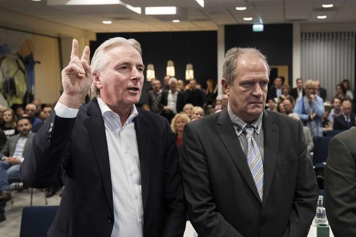 Hans Smolders legt de eed af bij de installatie van de gemeenteraad van Tilburg. Rechts tweede man Peter van de Hoeven. ANP JEROEN JUMELET