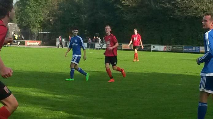 Faisal Koauass van Duno in het blauwe shirt, een van de doelpuntenmakers. Archieffoto