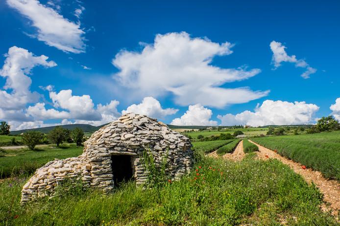 Alle rust in de omgeving van de lavendelvelden, zoals op dit polderweggetje vlakbij het dorpje Ferrassières.