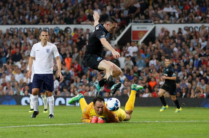 Robbie Keane springt over de uitgekomen doelman David Seaman heen.