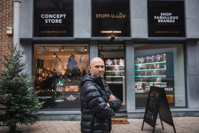 Ex-profvoetballer Thomas Buffel baat de nieuwe speciaalzaak 'Stuff-U-Luv' uit in de Hasseltse Sint-Jozefsstraat.