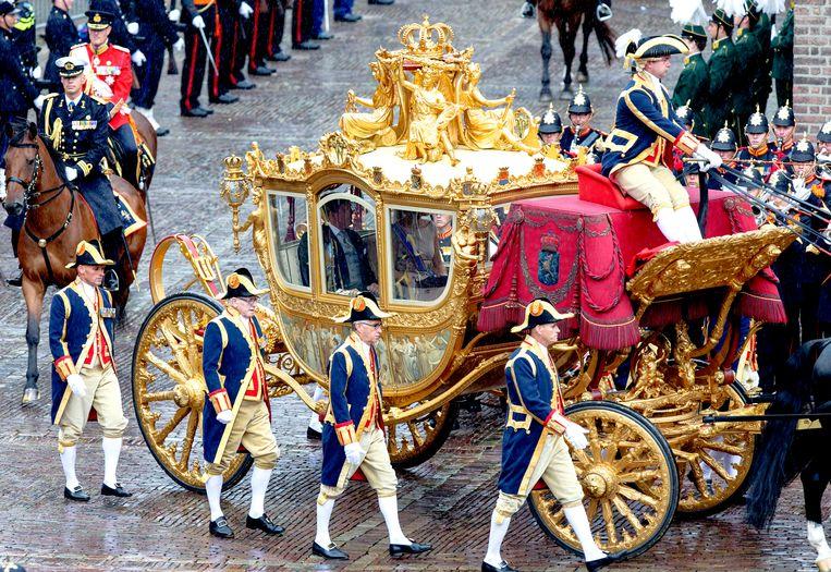 Koning Willem-Alexander en koningin Maxima arriveren in de Gouden Koets op het Binnenhof op Prinsjesdag in 2015. Beeld Hollandse Hoogte /  ANP