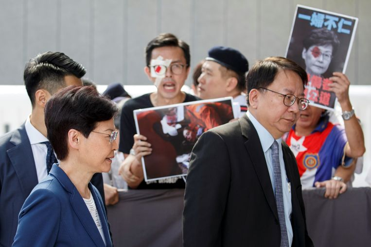 Hong Kong's regeringsleider Carrie Lam wandelt langs demonstranten in Hongkong.