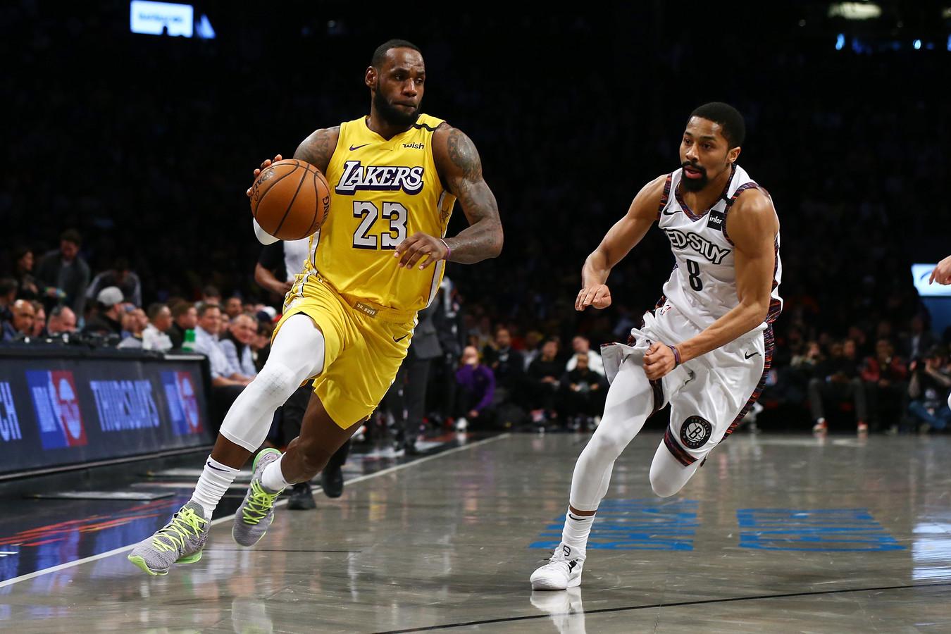 LeBron James (l) in actie tegen de Brooklyn Nets.