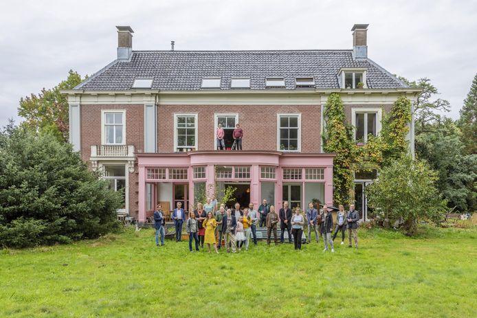 Landhuis Sandwijck is verkocht aan Stadsherstel, maar alle 22 bewoners blijven er wonen.