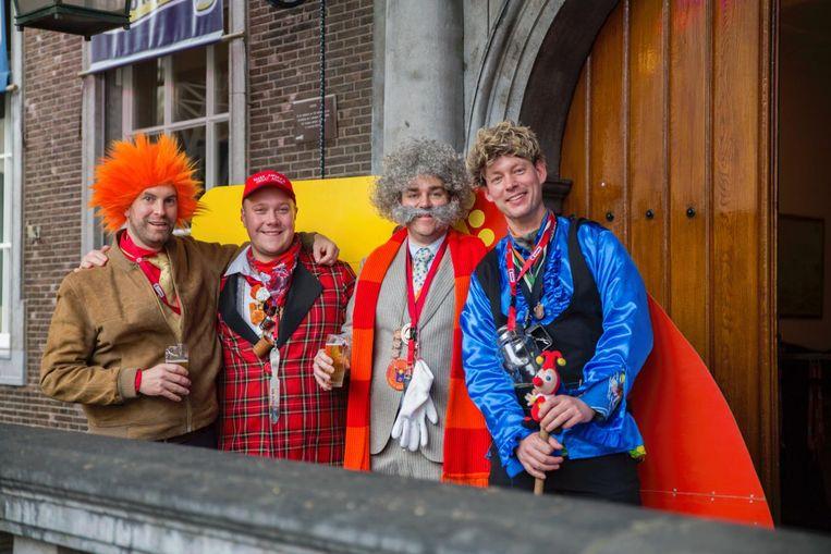 Leven: Carnaval - Dijkhoff (derde van links) als de baron uit Bassie & Adriaan. Beeld Quinten Bertens