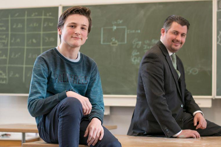 De dertienjarige Dieter Schalley, met zijn technologieleerkracht Coen Martens op de achtergrond, maakt zich op voor de finale van de Vlaamse STEM Olympiade.