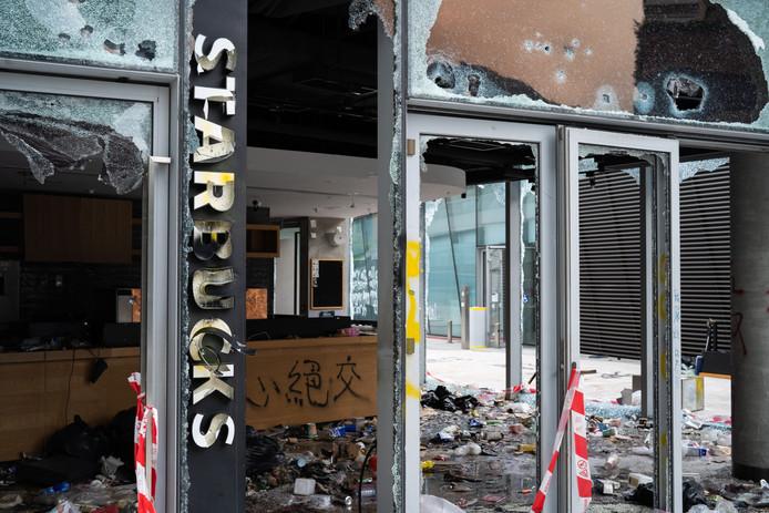 Het verwoeste Starbucks filiaal op de PolyU campus.