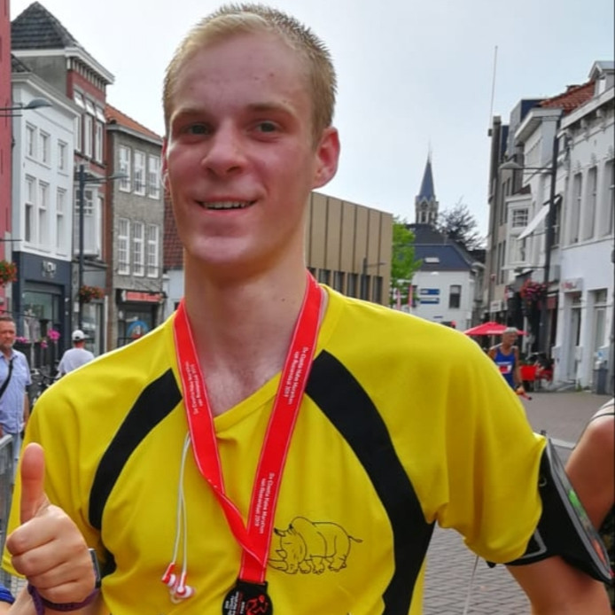 Kevin Jongenelis (17) uit Roosendaal loopt 5 kilometer tijdens de Bredase Singelloop.