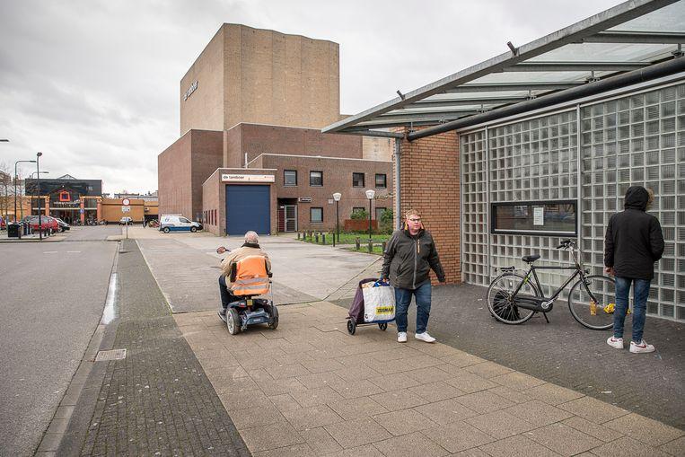 Het grote stenen gebouw is het cultuurcentrum De Tamboer. Voor het al geplande nieuwe cultuurcentrum heeft Hoogeveen geen geld meer.  Beeld Harry Cock