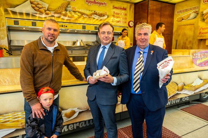 Spreekbuis van de foorkramers Jean-François Vlasselaerts (links), burgemeester Bart De Wever (midden) en schepen voor Markten en Foren Peter Wouters (rechts) zijn opgelucht dat er met de wintereditie dan toch nog een Sinksenfoor komt in 2020.