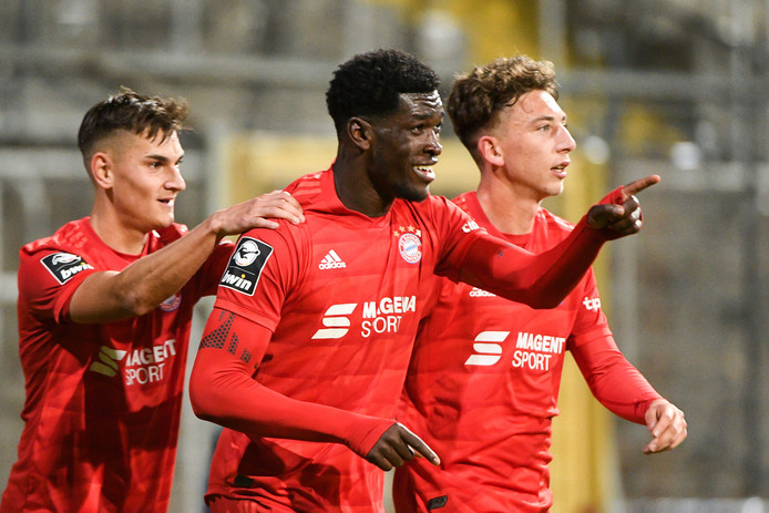 Kwasi Wriedt juicht na een doelpunt voor Bayern München II.